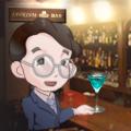 IATRISM BAR のカウンターでカクテルを飲むスーツ姿のムライさんが少し酔っぱらっている情景