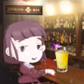 IATRISM BAR のカウンターでカクテルを飲むゴシック ファッション のちーちゃんが微笑む情景