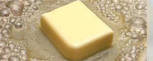 イアトリズム事典 知っておきたい『食品と栄養』で食品成分表 油類 に用いられる バター が熱で溶ける姿