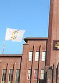 イアトリズム学院 イアトリズム基礎講座 のトップ頁学院を運営する日本東洋医学協会の法人旗が揺れる風景