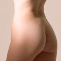 十代後半の美しい曲線を描くヒップが 細いウエストと太ももから切れ上がるお尻の割れ目により強調される絵