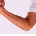 父の日に娘からプレゼントされた真っ白なUNIQLO(ユニクロ)のTシャツを着て喜ぶ細い腕の中年オヤジ